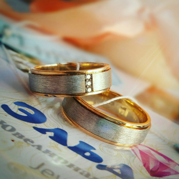 Обручальное кольцо с бриллиантами из комбинированного золота