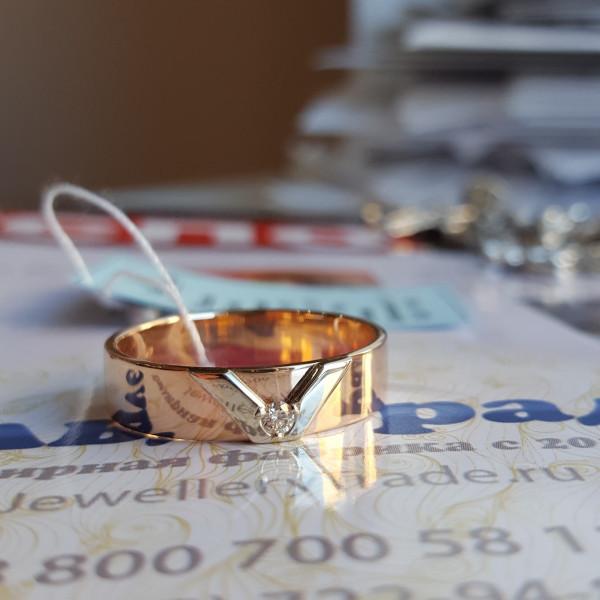 Кольцо из комбинированного золота бриллиантом дизайн