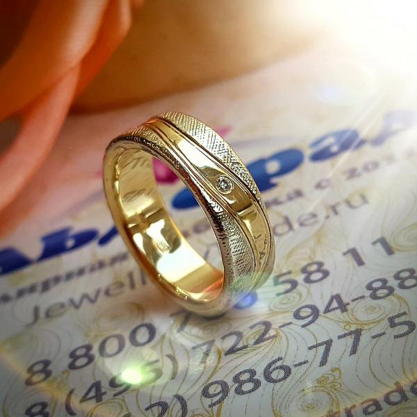 Кольцо из комбинированного золота бриллиантом