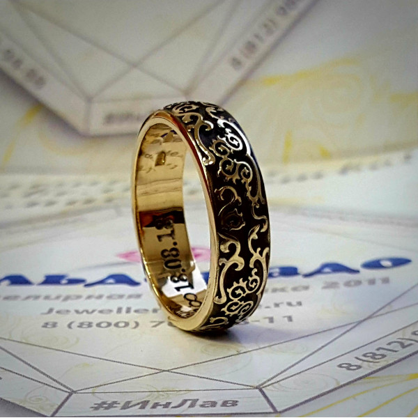 Обручальное кольцо из жёлтого золота с узорами и изумрудом