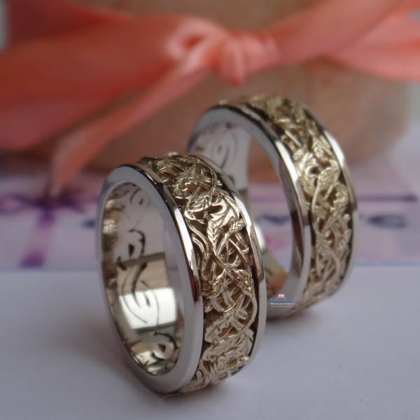 Эксклюзивное обручальное кольцо с узором - веточки из комбинированного золота