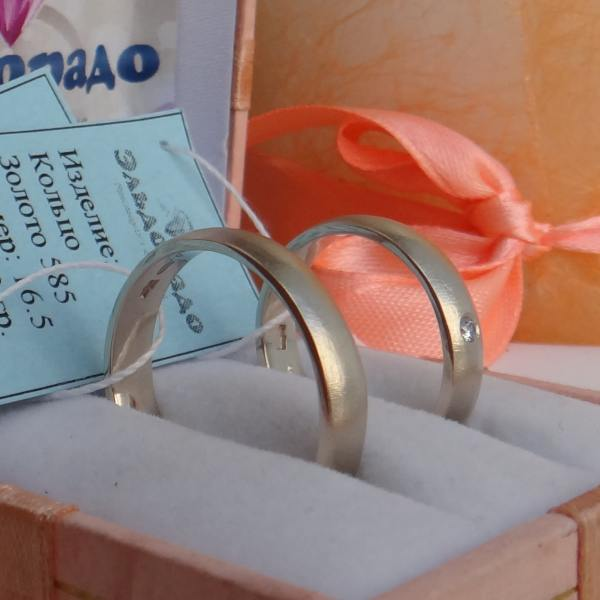 Классическое матовое обручальное кольцо  из белого золота с бриллиантом