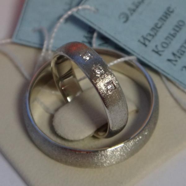 Матовое обручальное кольцо из белого золота с бриллиантами в квадратной закрепке