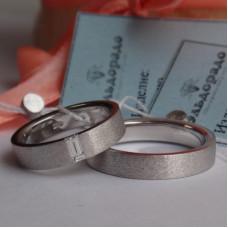 Матовое обручальное кольцо из белого золота с прямоугольным бриллиантом багет