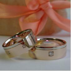 Мужское обручальное кольцо из комбинированного золота с бриллиантом в квадратной закрепке