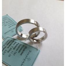 Обручальное кольцо из белого золота матовое с прямоугольным бриллиантом