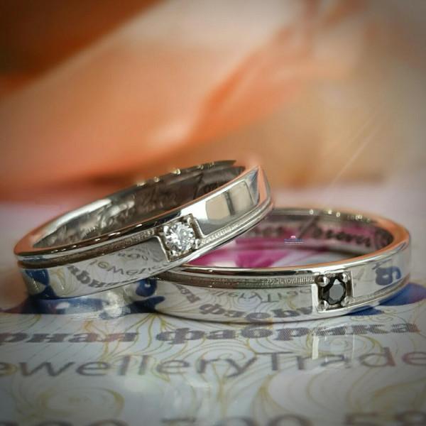Обручальное кольцо из белого золота с чёрным бриллиантом