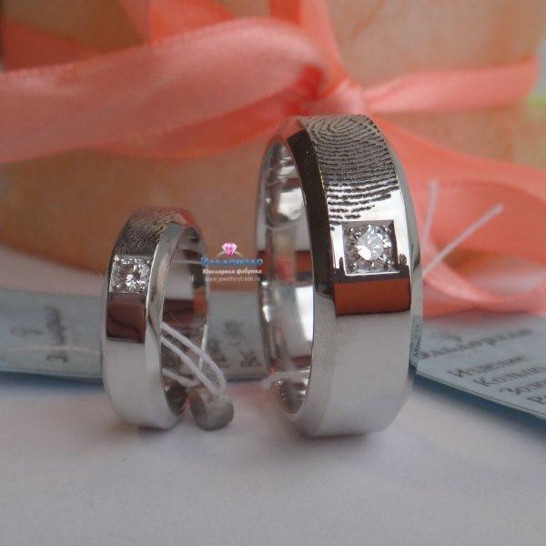 Обручальное кольцо из белого золота с бриллиантом и отпечатком пальца