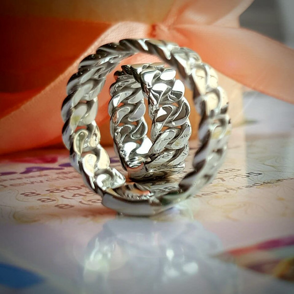 Обручальное кольцо из белого золота с бриллиантом