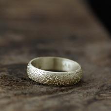 Обручальное кольцо из белого золота с чеканкой