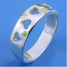 Обручальное кольцо из белого золота с хризолитами