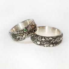 Обручальное кольцо из белого золота с изумрудом и сапфиром с чернением