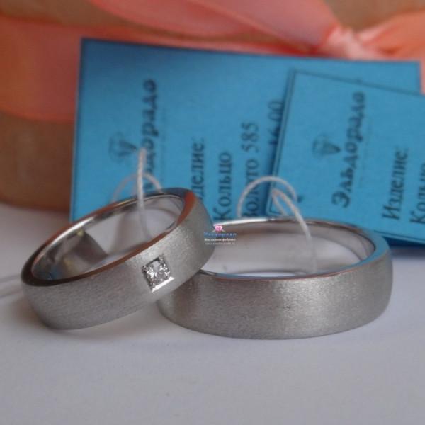 Обручальное кольцо из белого золота с матовой поверхностью