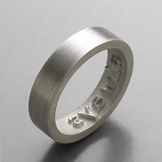 Обручальное кольцо из белого золота с надписью на внутренней стороне