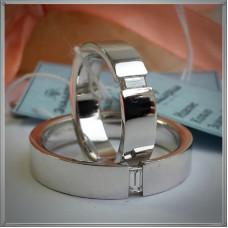 Обручальное кольцо из белого золота с прямоугольным бриллиантом