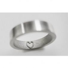Обручальное кольцо из белого золота с сердечком на внутренней стороне