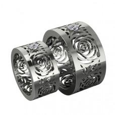 Обручальное кольцо из белого золота с узором из роз и с одним бриллиантом
