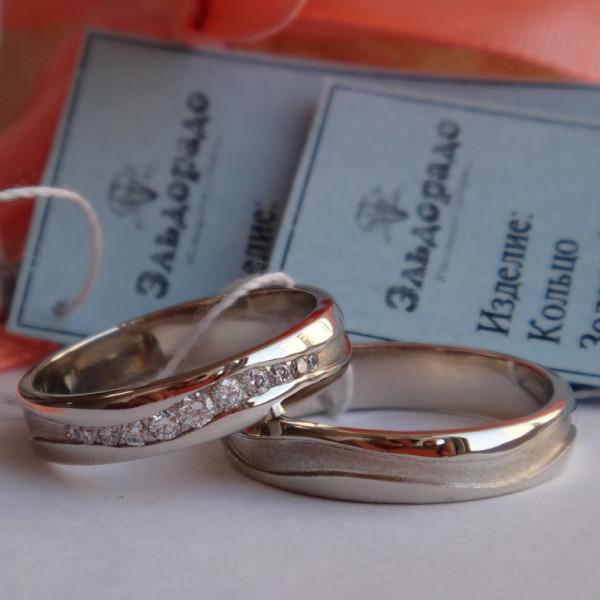 Обручальное кольцо из белого золота с волной из бриллиантов