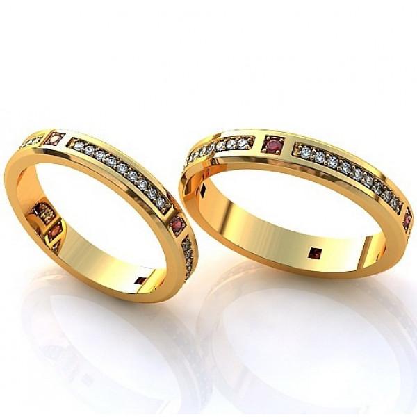 Обручальное кольцо из желтого золота с бриллиантами и рубинами