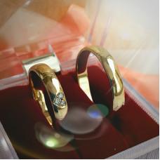 Обручальное кольцо из желтого золота с бриллиантами в виде сердца
