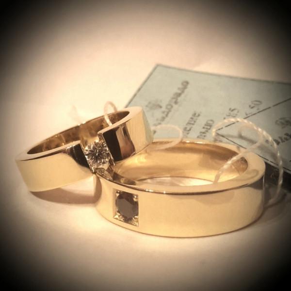 Обручальное кольцо из желтого золота с бриллиантом