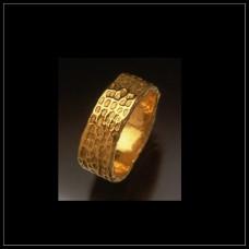 Обручальное кольцо из желтого золота с чеканкой