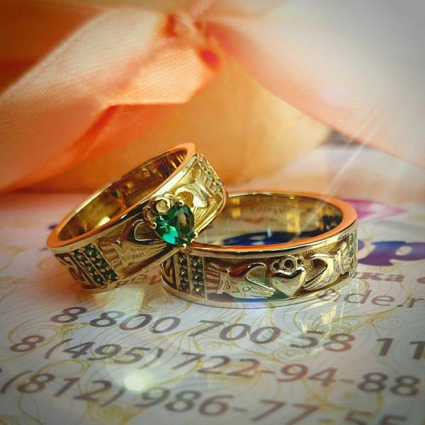 Обручальное кольцо из желтого золота с гидротермальным изумрудом