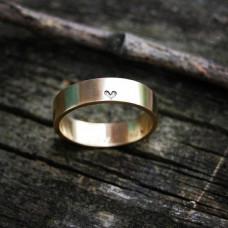 Обручальное кольцо из желтого золота с маленьким сердечком