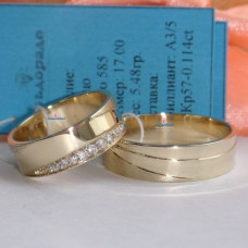 Обручальное кольцо из желтого золота с матовой спиралевидной поверхностью и бриллиантами