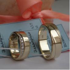 Обручальное кольцо из желтого золота с матовой спиралевидной поверхностью