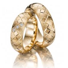 Обручальное кольцо из желтого золота с тремя алмазами