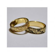 Обручальное кольцо из желтого золота с узорами и черной эмалью