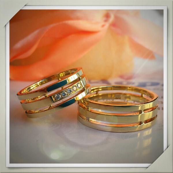 Обручальное кольцо из жёлтого золота