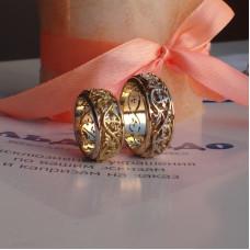 Обручальное кольцо из комбинированного золота 750 пробы с узором и с бриллиантами