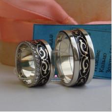 Обручальное кольцо из комбинированного золота с эмалью и бриллиантами
