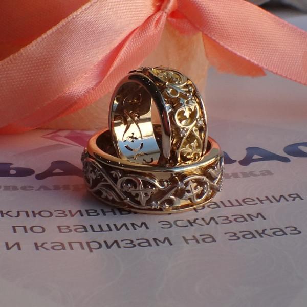 Обручальное кольцо из комбинированного золота с узором и с бриллиантами