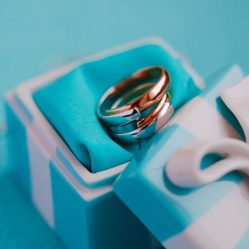 фото свадебных колец на голубом всем любителям