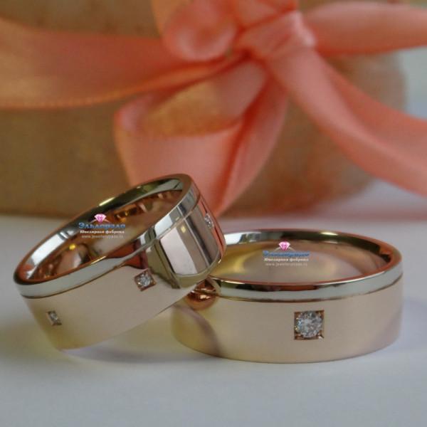 Обручальное кольцо из красного и белого золота с бриллиантами в квадратной закрепке