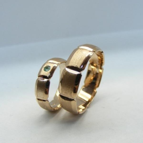Обручальное кольцо из красного золота с изумрудом