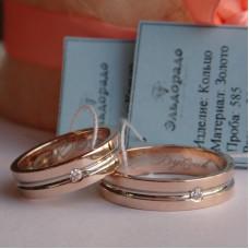 Обручальное кольцо из розового и белого золота с бриллиантом и гравировкой