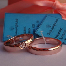 Обручальное кольцо из розового золота с бриллиантовым сердцем