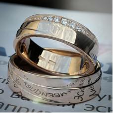 Обручальное кольцо из розового золота со спиралевидной поверхностью и бриллиантами
