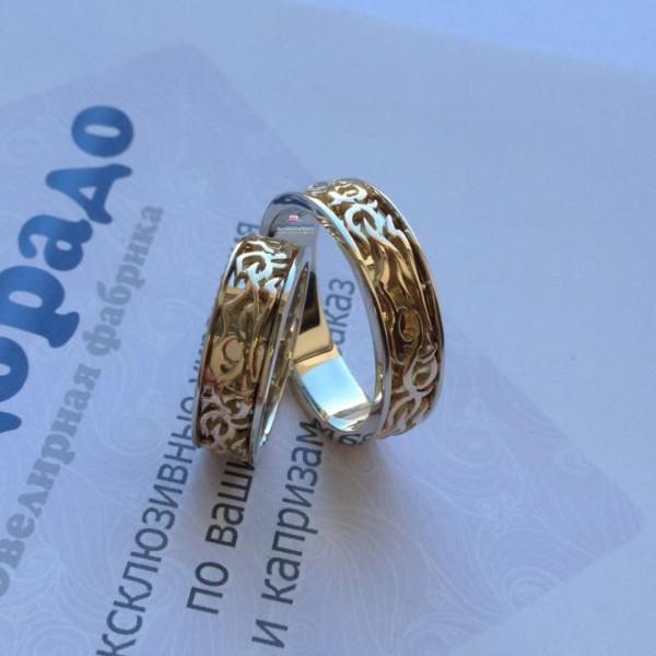 Обручальное кольцо с узором из комбинированного золота
