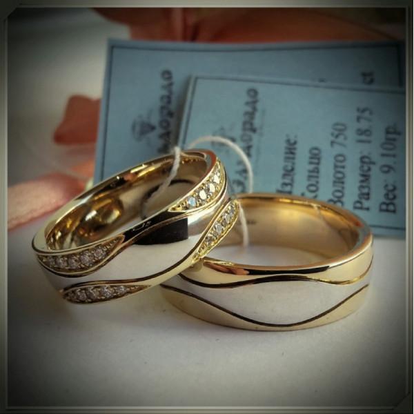 Обручальное кольцо с волнами из комбинированного золота с бриллиантами