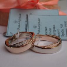 """Обручальное кольцо """"Волны"""" из комбинированного золота с бриллиантами"""