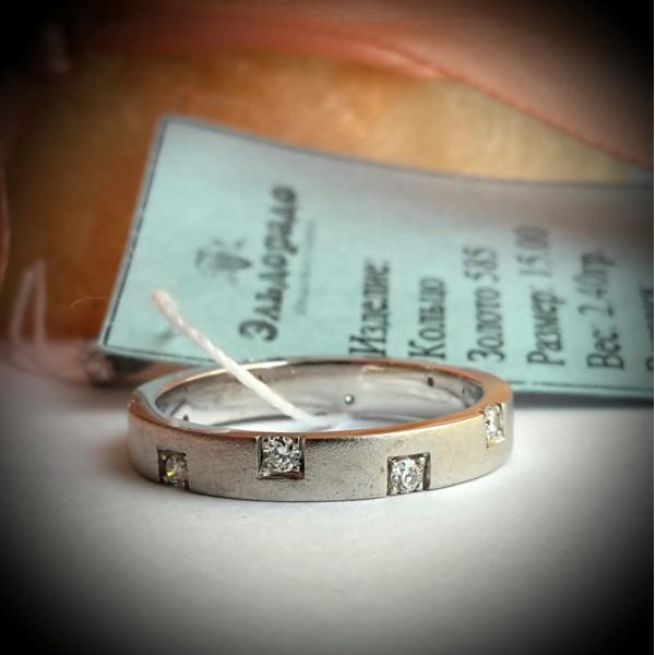 Обручальное матовое кольцо из белого золота с бриллиантами