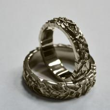 Обручальное рельефное кольцо из белого золота