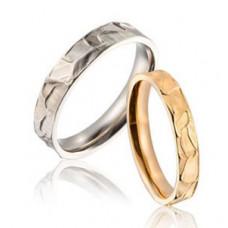 Рельефное обручальное кольцо из красного золота